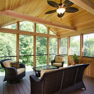 Inspiration pour une véranda traditionnelle de taille moyenne avec un sol en bois foncé, aucune cheminée et un plafond standard.