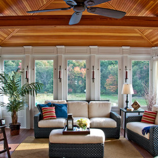 Inspiration för ett mellanstort vintage uterum, med mellanmörkt trägolv och tak