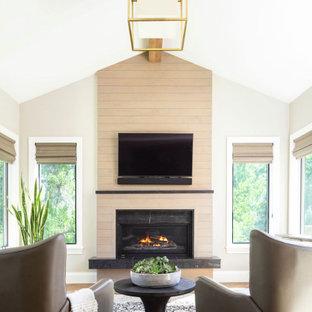 Idéer för ett mellanstort klassiskt uterum, med mellanmörkt trägolv, en standard öppen spis och beiget golv