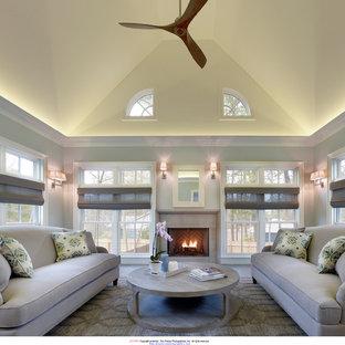 Idées déco pour une grand véranda classique avec une cheminée standard et un manteau de cheminée en béton.