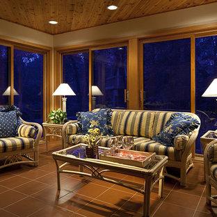 Idée de décoration pour une véranda tradition avec un sol en carrelage de céramique, un plafond standard et un sol marron.