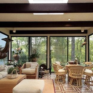 Idée de décoration pour une grand véranda nordique avec un sol en carrelage de céramique, aucune cheminée, un plafond standard et un sol marron.