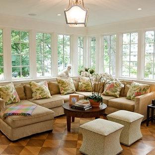 Diseño de galería tradicional, de tamaño medio, sin chimenea, con suelo de madera en tonos medios, techo estándar y suelo marrón