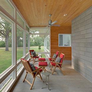 Foto di una veranda minimalista di medie dimensioni con parquet chiaro, soffitto classico e pavimento grigio