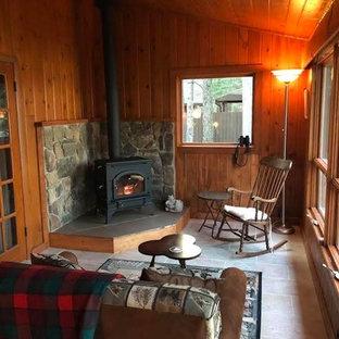 Foto på ett mellanstort vintage uterum, med travertin golv, en hängande öppen spis, en spiselkrans i sten, tak och beiget golv