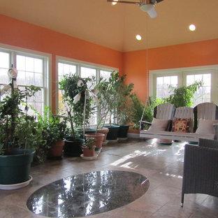 Cette image montre une grand véranda ethnique avec un sol en carrelage de céramique, un plafond standard et un sol gris.