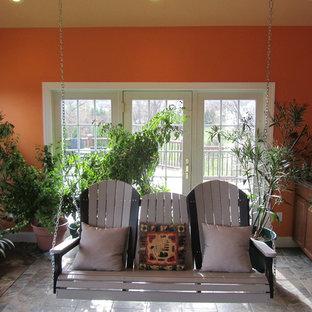 Cette photo montre une grand véranda exotique avec un sol en carrelage de céramique, aucune cheminée, un plafond standard et un sol gris.
