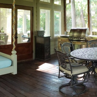 Bild på ett medelhavsstil uterum, med plywoodgolv och brunt golv