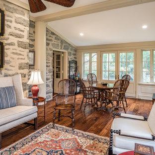 Exemple d'une véranda chic de taille moyenne avec un sol en bois foncé, aucune cheminée, un plafond standard et un sol marron.