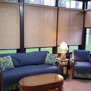 Idee per una piccola veranda tropicale con pavimento in mattoni, nessun camino, soffitto classico e pavimento beige