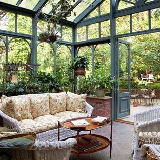 Inspiration pour une véranda traditionnelle avec un plafond en verre.