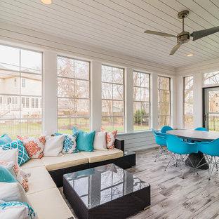 Aménagement d'une véranda classique de taille moyenne avec un sol en carrelage de porcelaine, un plafond standard, aucune cheminée et un sol gris.