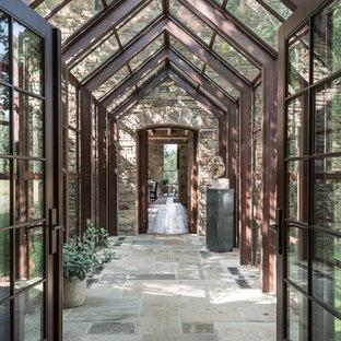 Réalisation d'une véranda chalet avec un plafond en verre.