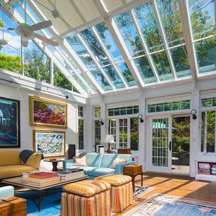 Idée de décoration pour une véranda tradition avec un sol en bois brun, un plafond en verre et un sol jaune.
