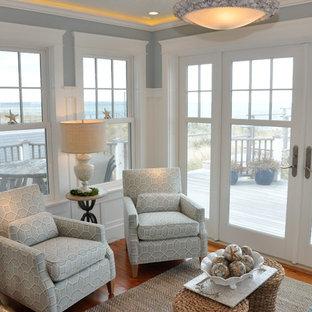 Idée de décoration pour une véranda marine de taille moyenne avec un sol en bois brun, un plafond standard et aucune cheminée.