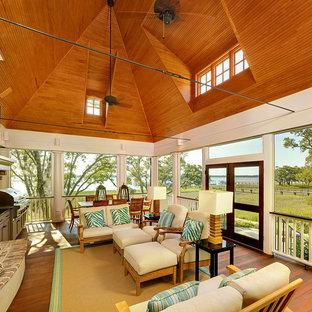 Exempel på ett klassiskt uterum, med mellanmörkt trägolv och tak