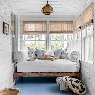 Imagen de galería marinera, pequeña, sin chimenea, con suelo de madera pintada, techo estándar y suelo azul