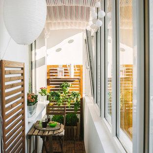 Cette photo montre une petit véranda scandinave avec un sol en bois brun et un plafond standard.