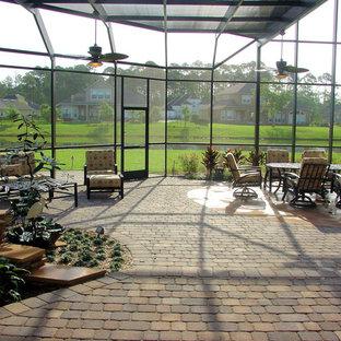 Bild på ett mellanstort funkis uterum, med travertin golv, glastak och beiget golv