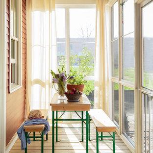 Idée de décoration pour une petit véranda champêtre avec un sol en bois clair, un plafond standard, aucune cheminée et un sol marron.
