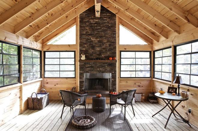 Rustic Sunroom by Kawartha Lakes Construction