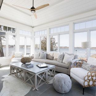 Idées déco pour une véranda bord de mer avec un plafond standard et un sol gris.