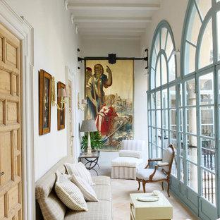 Пример оригинального дизайна: большая терраса в средиземноморском стиле с стандартным потолком и полом из травертина без камина