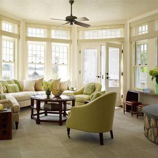 Aménagement d'une véranda victorienne de taille moyenne avec une cheminée d'angle, un manteau de cheminée en pierre et un plafond standard.