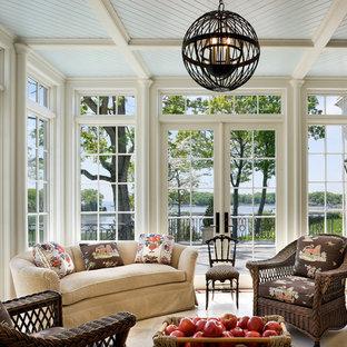 Exemple d'une véranda victorienne de taille moyenne avec un plafond standard.