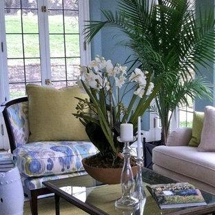 Cette photo montre une grand véranda exotique avec moquette, aucune cheminée et un plafond standard.