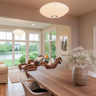 Diseño de galería tradicional, de tamaño medio, con suelo de madera en tonos medios, techo estándar y suelo marrón