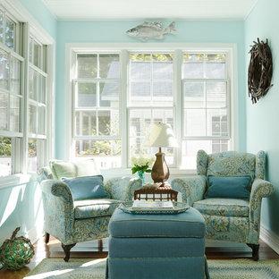 Cette photo montre une véranda bord de mer avec un sol en bois brun et un plafond standard.