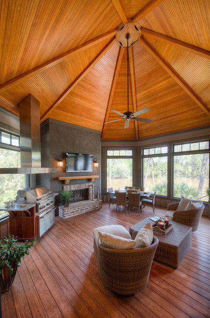 Traditional Sunroom by Solaris Inc.
