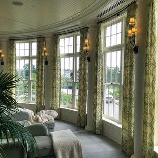 Mittelgroßer Klassischer Wintergarten ohne Kamin mit Porzellan-Bodenfliesen, normaler Decke und grauem Boden in Providence