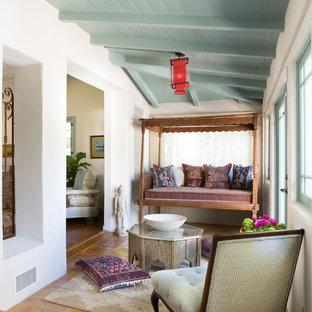 Exemple d'une véranda méditerranéenne avec un plafond standard et un sol en carreau de terre cuite.