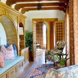 Aménagement d'une très grand véranda sud-ouest américain avec un sol en carrelage de céramique et un sol orange.