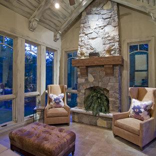Imagen de galería rural con marco de chimenea de piedra y techo estándar
