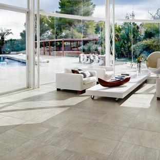 Exemple d'une très grand véranda tendance avec un sol en travertin, aucune cheminée, un plafond en verre et un sol beige.