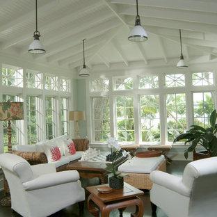 Cette photo montre une véranda exotique avec un sol en bois foncé, un plafond standard et un sol noir.