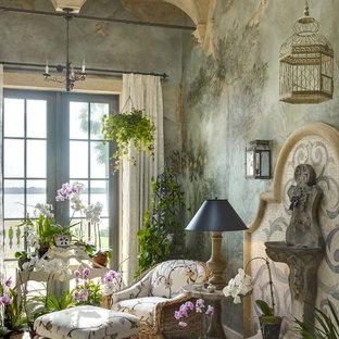 Exemple d'une véranda chic de taille moyenne avec un sol en calcaire, aucune cheminée, un plafond standard et un sol beige.