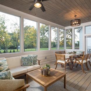 Inspiration för lantliga uterum, med mellanmörkt trägolv, tak och brunt golv