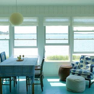 Réalisation d'une petit véranda marine avec un sol en bois peint, aucune cheminée, un plafond standard et un sol bleu.