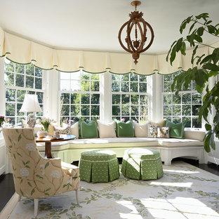 Idee per una veranda chic di medie dimensioni con parquet scuro, soffitto classico, nessun camino e pavimento nero