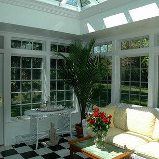 Inredning av ett klassiskt mellanstort uterum, med linoleumgolv, takfönster och flerfärgat golv