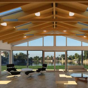 Idées déco pour une très grand véranda moderne avec un sol en travertin, aucune cheminée, un puits de lumière et un sol marron.