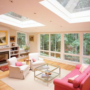 Foto di un'ampia veranda contemporanea con parquet chiaro, cornice del camino in legno e lucernario