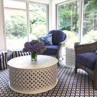 Immagine di una veranda shabby-chic style con parquet scuro