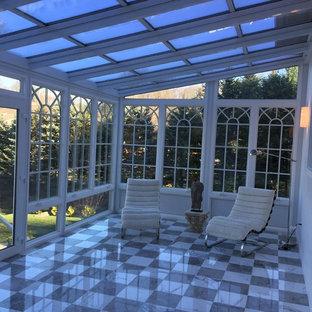 Ejemplo de galería clásica, grande, con suelo de baldosas de cerámica y techo de vidrio