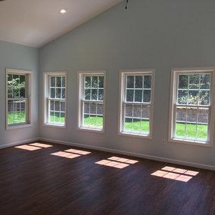 Esempio di una grande veranda classica con parquet scuro, camino ad angolo, cornice del camino in legno, soffitto classico e pavimento marrone