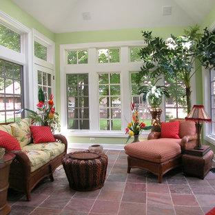 Exemple d'une véranda exotique de taille moyenne avec un sol en ardoise, un plafond standard et un sol marron.